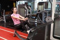 Азиатская китайская женщина в женщине ŒFitness ¼ ï спортзала делая трицепс работает в спортзале Привлекательный, взрослый Стоковые Фото