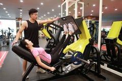 Азиатская китайская женщина в тренировке женщины спорта ŒFitness ¼ ï спортзала прочности ноги в спортзале Стоковые Изображения RF