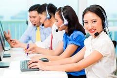 Азиатская китайская команда агента центра телефонного обслуживания Стоковые Фотографии RF