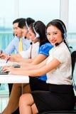 Азиатская китайская команда агента центра телефонного обслуживания Стоковые Изображения