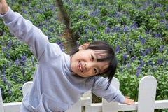 Азиатская китайская маленькая девочка представляя рядом с полем лаванды Стоковое фото RF