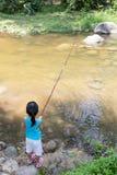 Азиатская китайская маленькая девочка двигая под углом с рыболовной удочкой Стоковые Фото