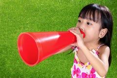 Азиатская китайская маленькая девочка крича через мегафон Стоковые Фото