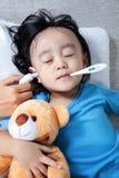 Азиатская китайская маленькая девочка получая измерение уха для temp лихорадки Стоковое фото RF