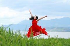 Азиатская китайская маленькая девочка скачет пляжем, наслаждается мирной жизнью Стоковое Фото