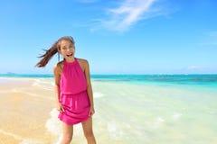 Азиатская китайская туристская женщина имея потеху на пляже Стоковые Фото