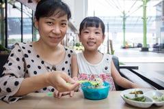 Азиатская китайские мать и дочь есть лапши говядины Стоковое Изображение