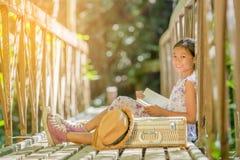 Азиатская книга чтения девушки на старом мосте Стоковые Изображения RF