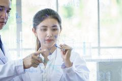 Азиатская команда ученого имеет исследовать в лаборатории стоковая фотография