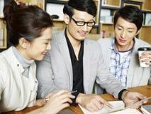 Азиатская команда дела работая совместно в офисе Стоковые Изображения RF