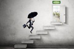 Азиатская коммерсантка бежать к двери офиса стоковое фото rf
