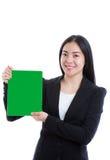 Азиатская коммерсантка держа зеленый лист чистого листа бумаги Изолированный дальше Стоковые Изображения RF