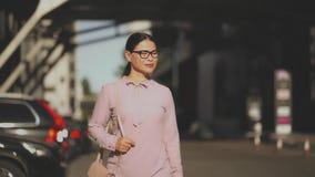 Азиатская коммерсантка идя на усмехаться улицы видеоматериал