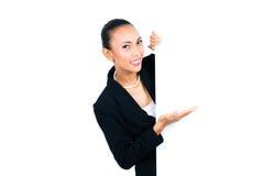 Азиатская коммерсантка показывая пустую белую доску Стоковые Фотографии RF