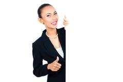 Азиатская коммерсантка показывая пустую белую доску Стоковое фото RF