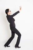 Азиатская коммерсантка поднимая что-то тяжелое стоковые изображения rf