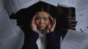 Азиатская коммерсантка предусматриванная с документами смотря устрашенный, перегрузка работы акции видеоматериалы