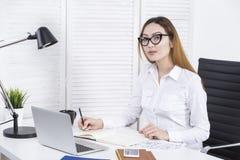 Азиатская коммерсантка работая на проекте Стоковые Изображения RF
