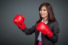 Азиатская коммерсантка с перчаткой бокса Стоковые Фотографии RF