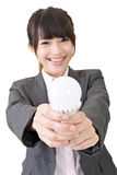 Азиатская коммерсантка усмехается пока держащ с обеими руками l стоковая фотография rf