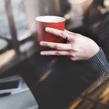 Азиатская концепция дамы Enjoying Чашки Кофе Кафа Стоковое Изображение RF