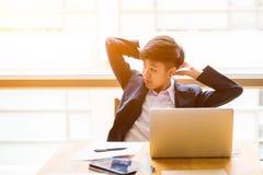 Азиатская короткая бизнес-леди черных волос сидит перед острословием компьтер-книжки Стоковая Фотография RF