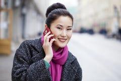 Азиатская красивая девушка вызывая телефоном Стоковое Изображение RF