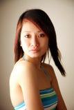 азиатская красивейшая девушка смотря телезрителя Стоковые Изображения