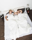 азиатская кровать может кавказский человек ушей заволакивания пар домой межрасовый люди шумят не женщины женщины храпа сна подушк стоковое изображение rf