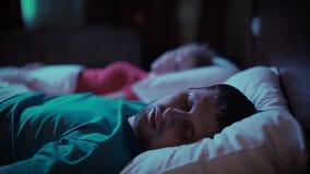 азиатская кровать может кавказский человек ушей заволакивания пар домой межрасовый люди шумят не женщины женщины храпа сна подушк видеоматериал