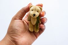 Азиатская кукла медведя удерживания девушки стоковые фото