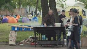 Азиатская кухня фаст-фуда улицы на парке города, большом испаряясь вке металла сток-видео