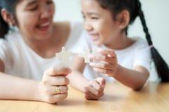 Азиатская маленькая девочка играя мозаику с ее матерью для fami Стоковая Фотография RF