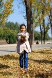 Азиатская маленькая девочка в осени Стоковое Изображение