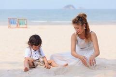 Азиатская мама и сын играя на пляже Стоковые Фотографии RF