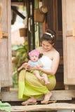 Азиатская мама с ребенком в костюме lanna Стоковые Изображения