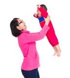 Азиатская мать бросая с сыном стоковое фото