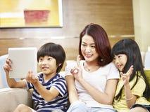 Азиатская мать и 2 дет принимая selfie Стоковое Изображение