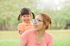Азиатская мать и ее дочь усмехаясь совместно Стоковые Фотографии RF