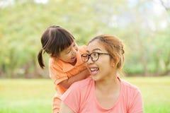 Азиатская мать и ее дочь усмехаясь совместно Стоковое Изображение RF