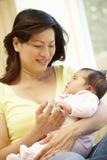 азиатская мать младенца Стоковые Фото