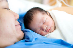 Азиатская мать с newborn младенцем в больнице стоковые изображения