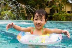 Азиатская маленькая китайская девушка играя в бассейне Стоковые Изображения RF