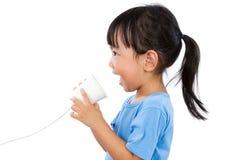 Азиатская маленькая китайская девушка играя с бумажным стаканчиком Стоковые Фото