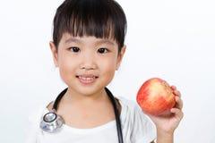Азиатская маленькая китайская девушка одевала как доктор с Stethoscop Стоковые Изображения RF