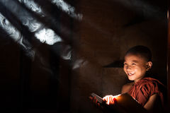 Азиатская маленькая книга чтения монаха Стоковые Изображения