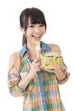 Азиатская милая женщина ест салат стоковые изображения