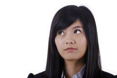 Азиатская милая сторона и взгляд улыбки девушки к левой стороне Стоковое Изображение RF