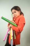 Многодельная азиатская женщина дела с много цветастыми бумагами на предпосылке. Стоковое фото RF