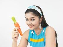 азиатская морковь есть женщину Стоковое Изображение RF